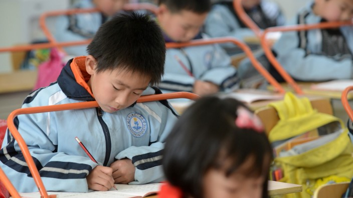 Wuhan school fits eye-preserving desk bars