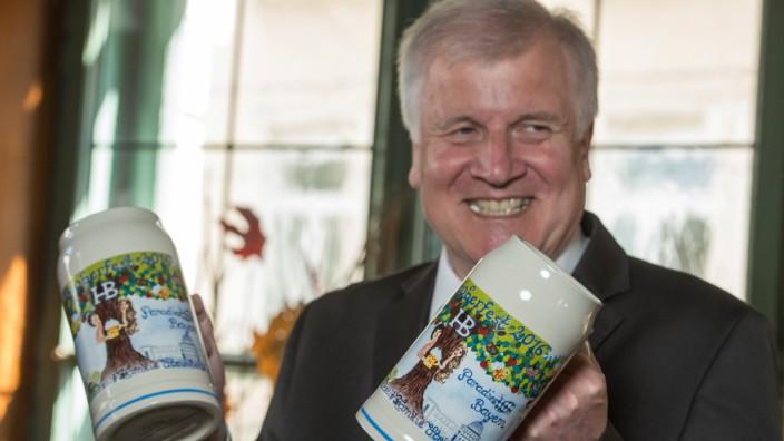 Seehofer präsentiert Bierkrüge