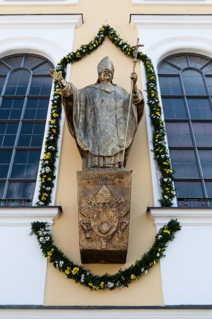 Papst-Benedikt-Denkmal in Altötting enthüllt