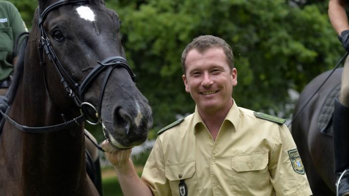 """Polizeipferde: """"Unsere Pferde sind zufrieden, weil sie psychisch und körperlich ausgelastet sind"""", sagt der stellvertretende Ausbildungsleiter Karl Dratva."""