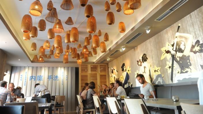 Restaurant Shami: Schicke Deckenlampen tauchen abends den Raum in ein angenehmes Licht. Bei Tageslicht wirkt das Lokal nicht ganz so stylisch, aber sei's drum.