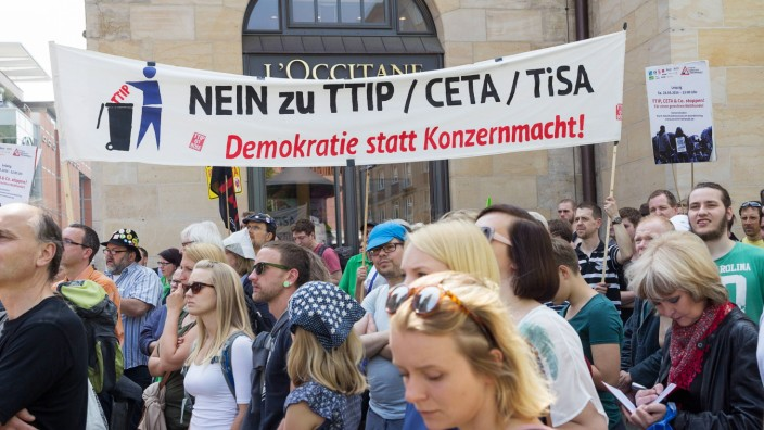 Etwa 1200 Personen demonstrierten am Rande des 100 Katholikentages in Leipzig gegen die Handelsabko