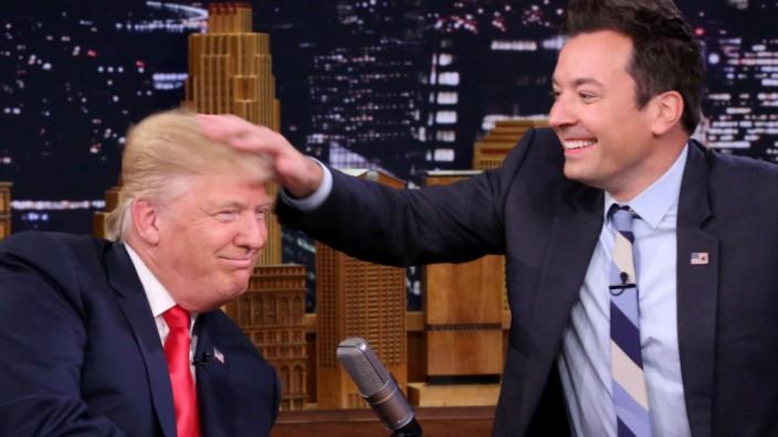 Medien in den USA: Als Präsidentschaftskandidat war Trump noch gerne zu Gast im TV, hier etwa bei Jimmy Fallon. Inzwischen verfolgt er viele Medien mit absurdem Hass.