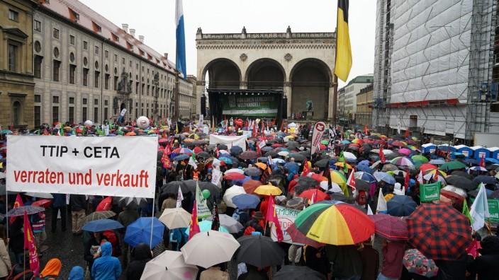 23 000 Menschen haben laut Polizei in München gegen die Freihandelsabkommen TTIP und Ceta demonstriert - im strömenden Regen.