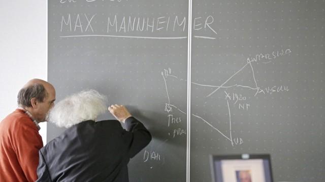 Max Mannheimer: 2013 zeichnete Max Mannheimer in der Wolfratshauser Berufsschule die Stationen seines Lebens an der Tafel nach, links Religionslehrer Rene Vollmar.