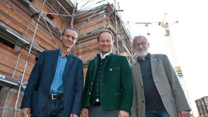 Wohnungsnot: Von links: Ulrich Krapf, Landrat Robert Niedergesäß und Poings Zweiter Bürgermeister Franz Langlechner.
