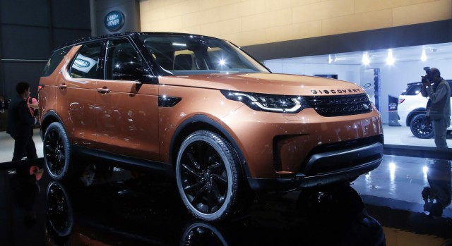 Land Rover Discovery auf dem Pariser Autosalon 2016.