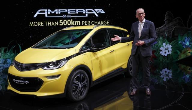 Opel Ampera-e und Karl-Thomas Neumann auf dem Pariser Autosalon 2016.