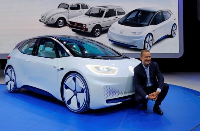 VW-Markenchef Herbert Diess vor der Konzeptstudie Volkswagen I.D.