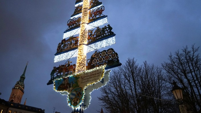 Weihnachtlicher Maibaum auf dem Viktualienmarkt in München, 2015
