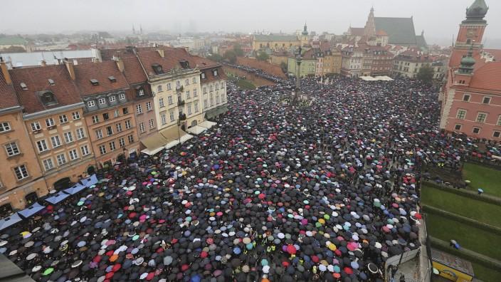Warschau: Am Montag hatten wie hier auf dem Schlossplatz in Warschau im ganzen Land Menschen gegen das geplante Abtreibungsverbot protestiert.