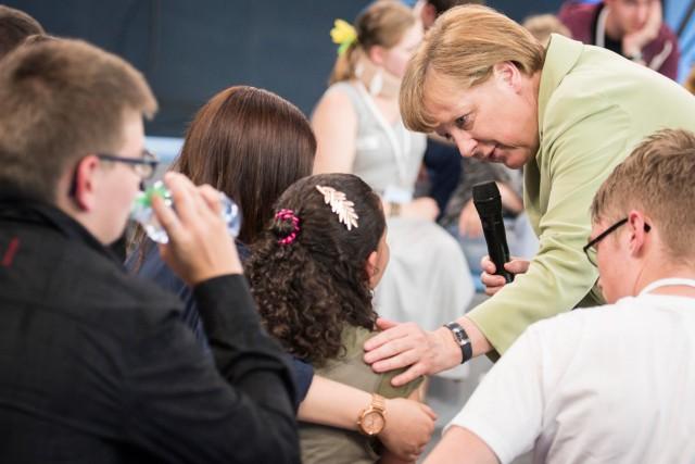 Angela Merkel spricht mit Flüchtlingsmädchen Reem Sahwil