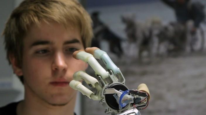Technik: Damit die myoelektrische Hand (hier ohne Silikonüberzug) das tut, was Patrick Mayrhofer will, muss er sich vorstellen, sie zu bewegen.