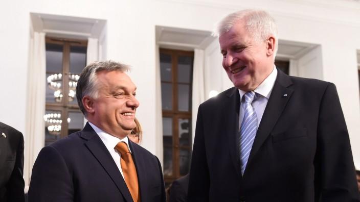Fußball-EM: Als Horst Seehofer noch bayerischer Ministerpräsident war, war Ungarns Regierungschef Viktor Orbán nur gut gelitten bei der CSU.