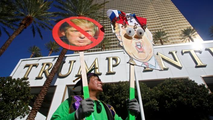 Demonstranten vor dem Trump-Hotel
