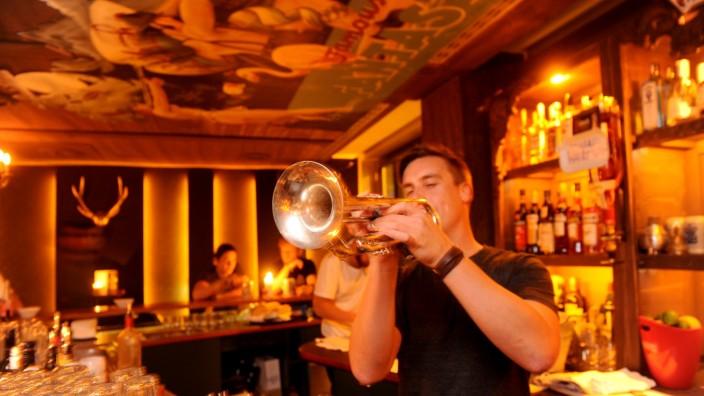 """Altstadt: Max Keller ist nicht nur Geschäftsführer der Musik-Bar """"Maxe Belle Spitz"""". Er spielt auch selbst Trompete."""