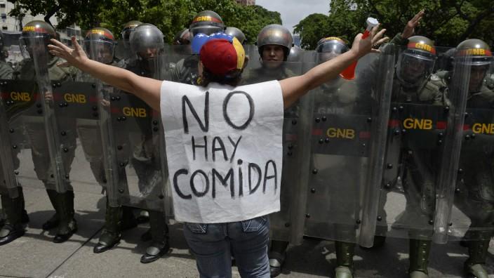 """Staatskrise in Venezuela: """"Es gibt keine Nahrung"""" steht auf dem Transparent dieser Demonstrantin, die schon im Mai auf die Straße ging. Nun könnte die Gewalt in Venezuela eskalieren."""