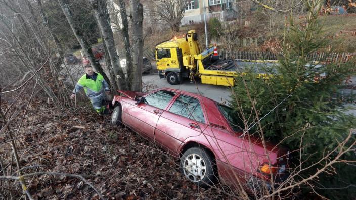 Grafrath: Kurioser Unfall - Auto faehrt auf Bahnboeschung
