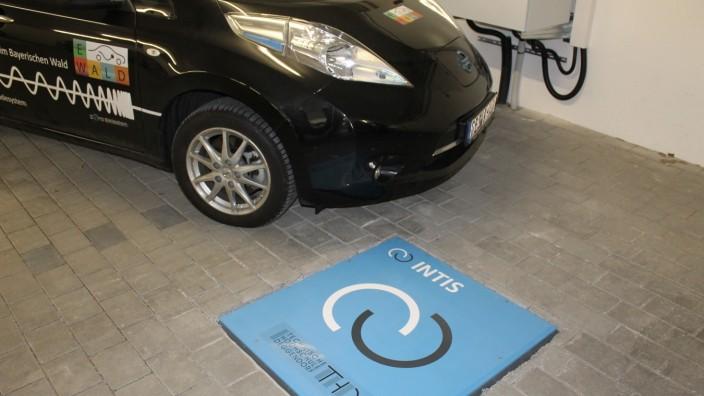 Deggendorf: Gut 30 Minuten soll es dauern, bis ein E-Auto mithilfe der Schnellladeplatte, die an der Technischen Hochschule Deggendorf entwickelt wurde, voll geladen ist.
