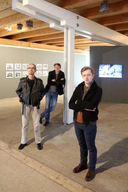 """Zwischen vergangener Welt und """"Götternder heutigen Zeit"""": Balazs Beöthy, Claus Bach und Antoine Geiger (von links), die sich vorher noch nie begegnet sind, stellen gemeinsam im Schafhof aus."""