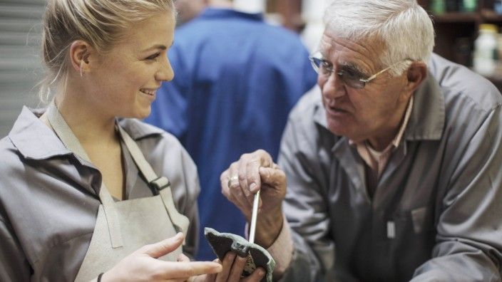 Generationenkonflikt: Junge und alte Arbeitnehmer in einem Betrieb