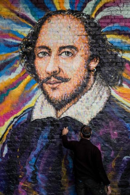 Shakespeare-Jubiläum: Der Graffiti-Künstler James Cochran legt letzte Hand an sein Shakespeare-Porträt in der Nähe des Globe Theatre.
