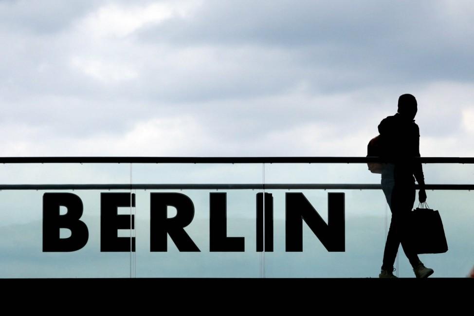 Mann mit Koffer und Schriftzug Berlin Deutschland