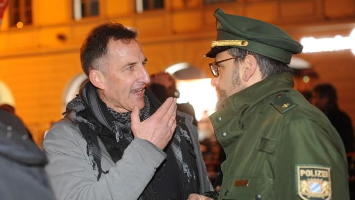 Heinz Meyer spricht mit einem Polizisten