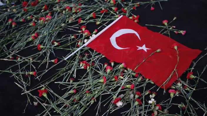 Türkei: Eine türkische Flagge liegt auf roten Nelken, dem Zeichen für Trauer in der Türkei. Seit dem Putschversuch verändert sich das Land grundlegend.