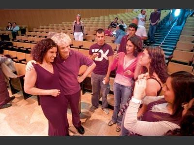 Musikstudenten lassen sich im Auditorio Alfredo Kraus mit dem Maestro Sir Simon Rattle ablichten