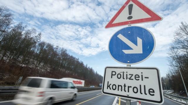 Verkehrsschild mit Warnung vor Polizeikontrolle