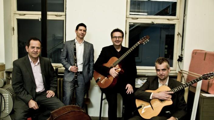 Café Caravan Jurek Zimmermann (Klarinette und Saxophon), Knud Mensing (Gitarre), Michael Vochezer (Gitarre) und Manolo Diaz (Bass)
