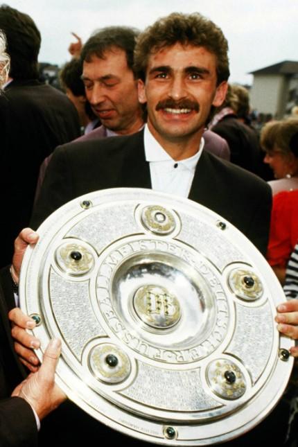 1. FC Kaiserslautern: Held mit Schale: Mittelstürmer Stefan Kuntz wurde 1991 mit dem 1. FC Kaiserslautern Meister.