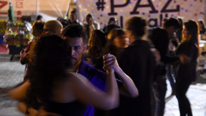 Menschen tanzen auf den Straßen Bogotas.