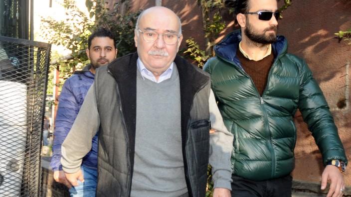 Cumhuriyet-Journalist wird abgeführt.