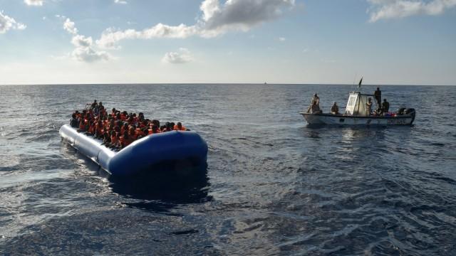 Libysche Küstenwache nähert sich Flüchtlingen