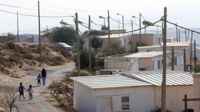 Israel: Spaziergang auf umstrittenem Gelände: Eine Familie in Mitzpe Dani, einer Siedlung, die auf palästinensischem Privatbesitz erbaut wurde.