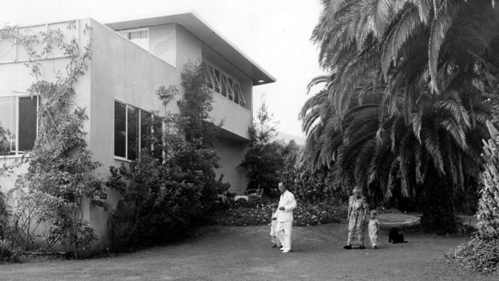 Thomas Mann: Im Exil: Thomas Mann und seine Frau Katia mi zwei Enkelkindern im Garten ihres Hauses in den Pacific Palisades.