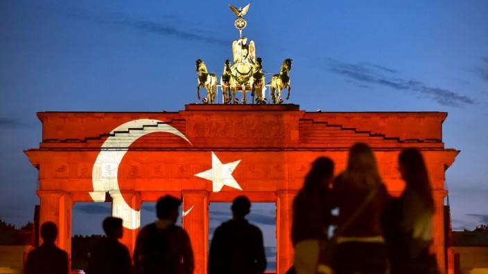 Brandenburger Tor in türkischen Farben