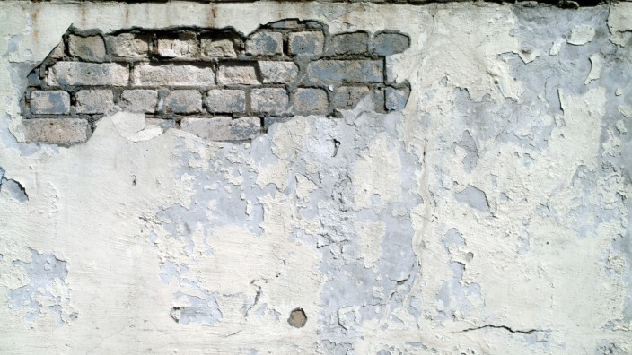 Alte Hauswand mit broeckelndem Putz