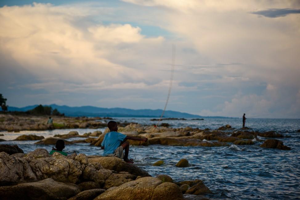 Junge beim Fischen am Malawi-See
