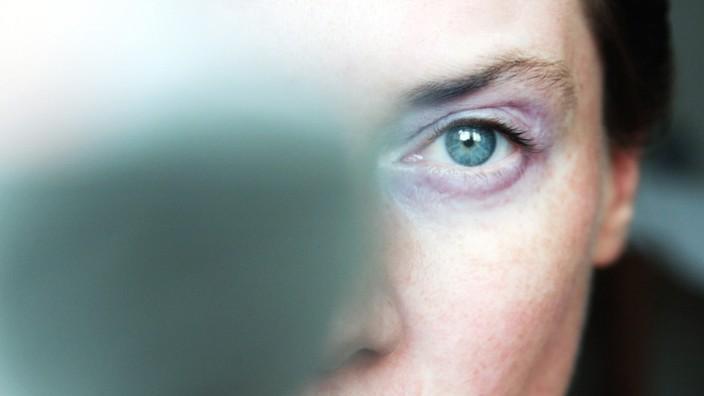 Studie zu häuslicher Gewalt: Die Spuren von häuslicher Gewalt lassen sich vielleicht äußerlich durch Make-up verdecken, doch innerlich wiegen sie schwer.