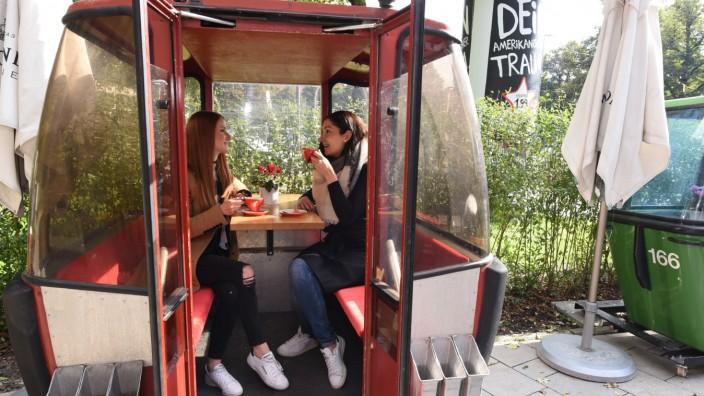 Daherkomma: In der Gondelstadion des Daherkomma am Herkomerplatz kann man auch Käsefondue Essen.