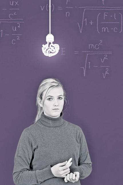 Schoolgirl in front of blackboard with formula model released Symbolfoto PUBLICATIONxINxGERxSUIxAUTx