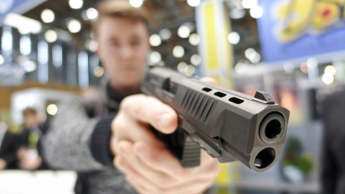 Ein Besucher testet eine Handfeuerwaffe des deutschen Herstellers Walther am 04 03 2016 während der
