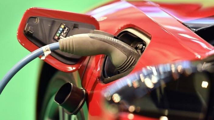 Elektromobilität: Saft für die Weiterfahrt: Ein BMW i8 wird aufgeladen.