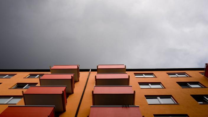 München:  Wohn-Immobilien, orange, düster, Fassade