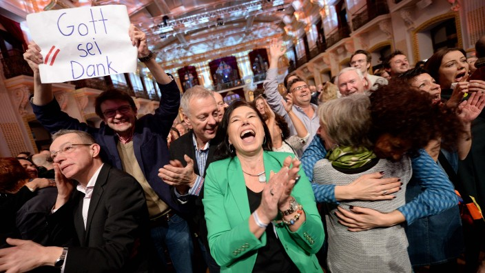 Wahl in Österreich: Anhänger von Van der Bellen freuen sich nach Bekanntgabe des Wahlergebnisses.