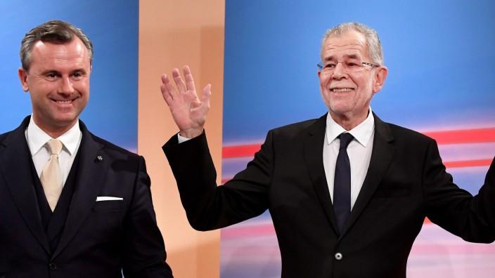 Österreich: Ein klarer Gewinner: Van der Bellen mit Kontrahent Hofer nach der Wahl.