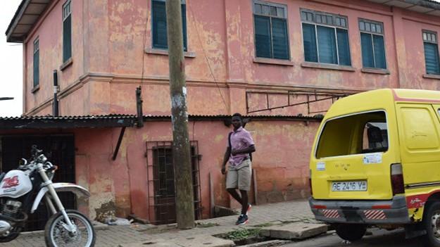 Ghana: Hinter dieser bröckelnden Fassade verbirgt sich sicherlich nicht die echte US-Botschaft.